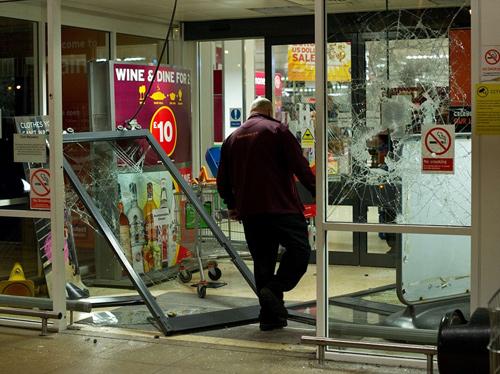 伦敦 克斯顿/布里克斯顿的一位店铺老板成为抢劫的受害者。