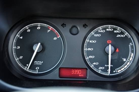 MG3很好地利用了車內的許多角落,為用戶提供了豐富的儲物空間。之前提到的中控臺中央上方的儲物格,容積比較大,適合放置手機、錢包等,并且很人性化地提供了推拉式的防塵蓋。如果你喜歡在車里放一些CD,前排水杯架的旁邊有一個儲物格,足夠放置5盤左右的CD。煙灰缸占據了前排的一個水杯架。