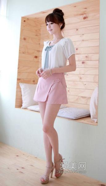 边做边抠15p_白色雪纺衬衫,拼接式的荷叶边点缀增添甜美气息,搭配黑色高腰短裤