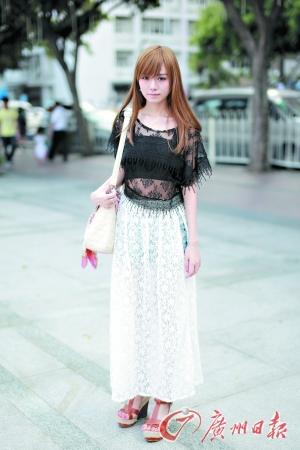 黑色蕾丝上衣搭配白色蕾丝长裙