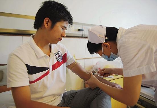 抽血自拍图片_护士正在给林巧生抽血,做移植造血干细胞前最后的身体检查.