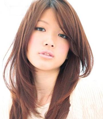 小脸效果十足的中发发型,显得非常的文静甜美,蓬松的两侧和弧度的刘海