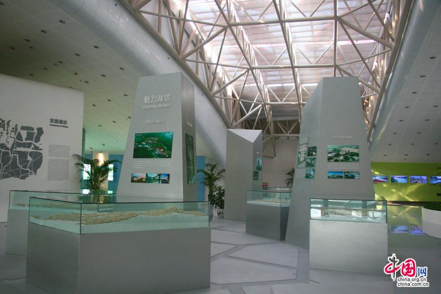中国网10月21日潍坊讯(记者 傅阳)2013年,这里将是潍坊的文化艺术聚集地。今天上午,文化强省看山东中国网络媒体山东行大型采访团来到潍坊市市民文化艺术中心。在这里,记者提前感受着文化公共服务设施将给潍坊老百姓带来的文化精神享受。 文化艺术中心从空中俯瞰如同一只自由飞翔在空中的风筝。