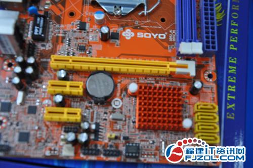 磁盘方面,主板提供了4个sata2磁盘接口.
