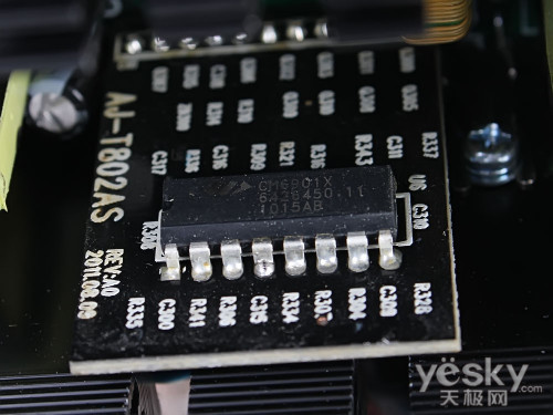 电路的cm6502tx芯片,在变压器旁边还能看到三个光耦元件,使电源控制更