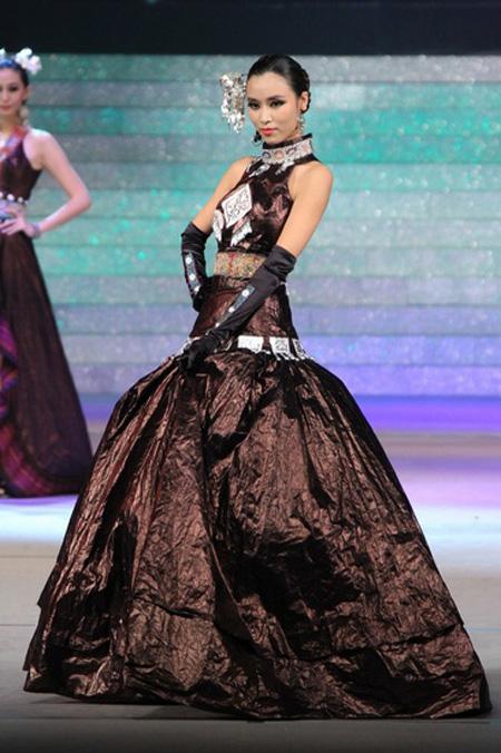 """首届中国民族服装设计大赛决出""""金珍服奖"""""""
