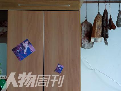 赵佳月 唐成芳/唐成芳家贴着大头贴、挂着腊肉的柜子(赵佳月)