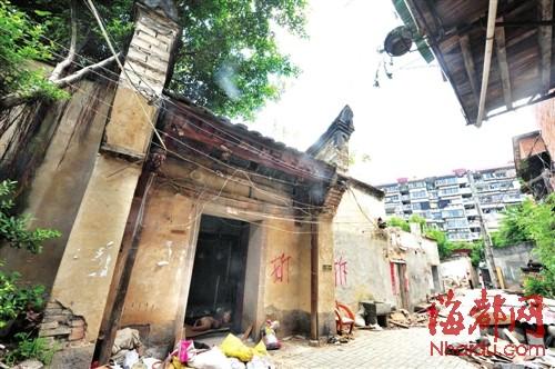冶城 旁边这些带有清代风格的古民居,已被画上大大的 拆 字