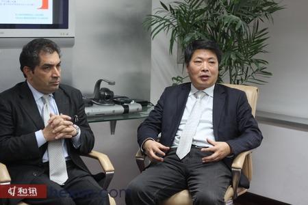 意大利外贸委员会首代赖世平(左)与中国国际贸易学会国际品牌管理中心主任许京(右)