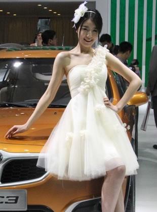 上海车展一袭白裙娇嫩车模清新可人