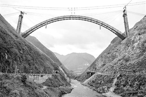 专线北盘江特大桥钢筋主体结构昨顺利合龙(附照片)