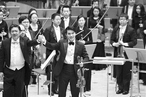上海交响乐团音乐总监,指挥余隆和担任独奏的小提琴演奏家陈锐向观众