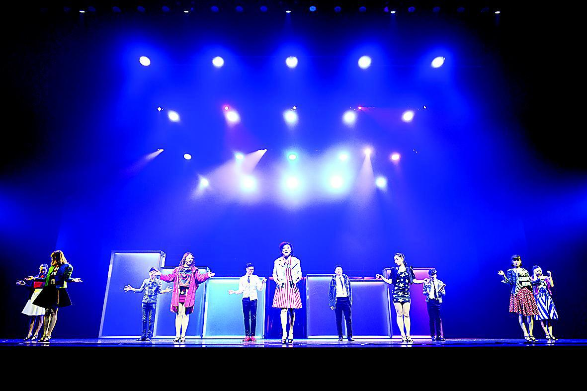 由太原市歌舞杂技团有限责任公司与杭州剧院联合出品的新编音乐剧《十年》,3月24日晚在上海文化广场主剧场上演,这是我市创作的首部音乐剧,音乐剧的励志主题充满正能量,歌曲旋律优美,演员唱腔华丽。上海观众用热情的掌声回报演员,演员谢幕长达15分钟。 耳麦失灵演员补台   漆黑的舞台上,一个身影在舞台左侧快速旋转、扭动腰肢,轻声哼唱的歌词回荡在剧场。一束追光灯射下,身影站在灯光中央。走位准确!扩音器传出导演的声音。3月24日下午14时,距离演出开始还有5个半小时,金辉反复练习舞台走位。   金辉是太原市歌舞