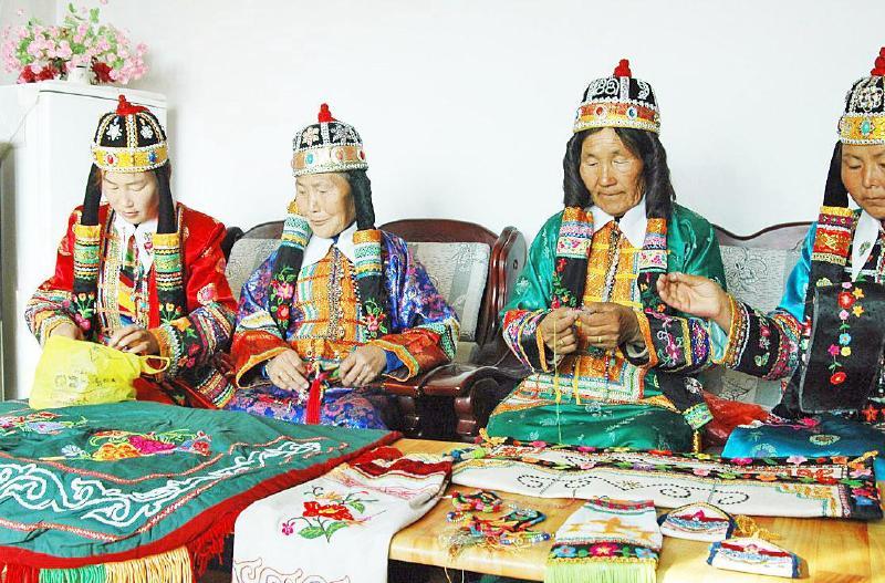 蒙古族姑娘与刺绣