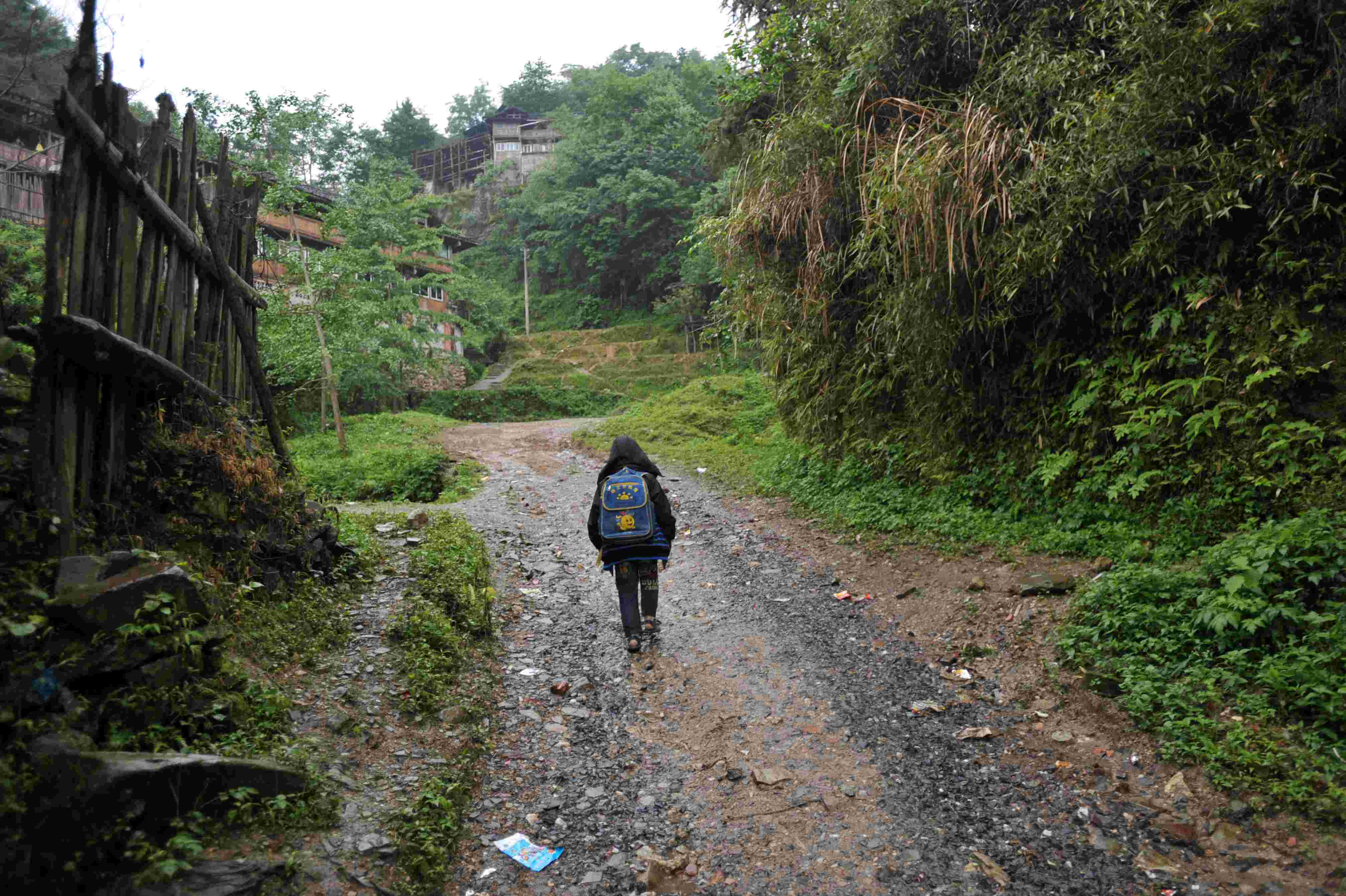 这是阳易走在放学回家的路上(2014年5月21日摄).