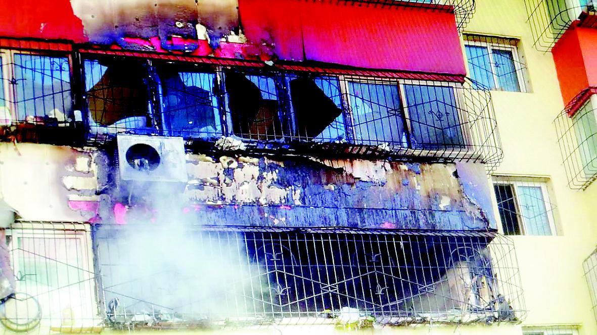本报讯   (记者申波实习生许森培文/摄)昨日中午,敦化南路瓷厂宿舍,一住户在家中做饭时,高温首先将油烟机引燃,之后殃及整个厨房,幸好未造成人员伤亡。   事发中午12时许,几分钟后,消防官兵接警到场处置。官兵们外围观察发现,火灾发生在该楼北侧3层阳台,火势非常猛烈,窗户上的玻璃已烧化。当时,室外风力较大,在风力的助长下,阳台上的火势更加猛烈,并冲破窗户的阻隔,向外发展开来。高温和烈焰之下,4层阳台也受到了威胁,随时可能发生燃烧。经确认,火场并无被困人员,官兵们迅速布设水带,直接从地面架设水枪,朝3层