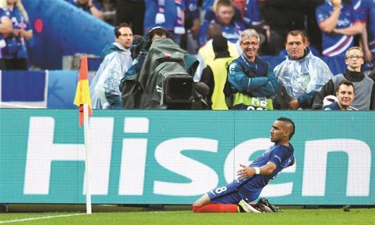 图为:冰岛球员雨中感谢痴心球迷