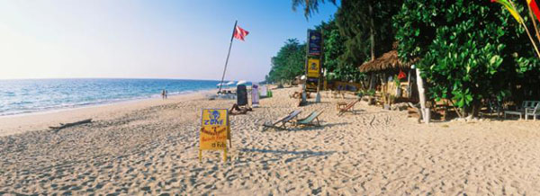 兰塔岛与甲米隔海相对,这个狭长的岛屿在很长一段时间内被认为是泰国最被低估的海滨度假地,岛屿北面的长滩是主海滩,拥有配套齐全的旅游设备,且靠近渡轮码头,这里海面清澈如镜、海浪平缓,夕阳时分常见绚丽耀眼的晚霞。